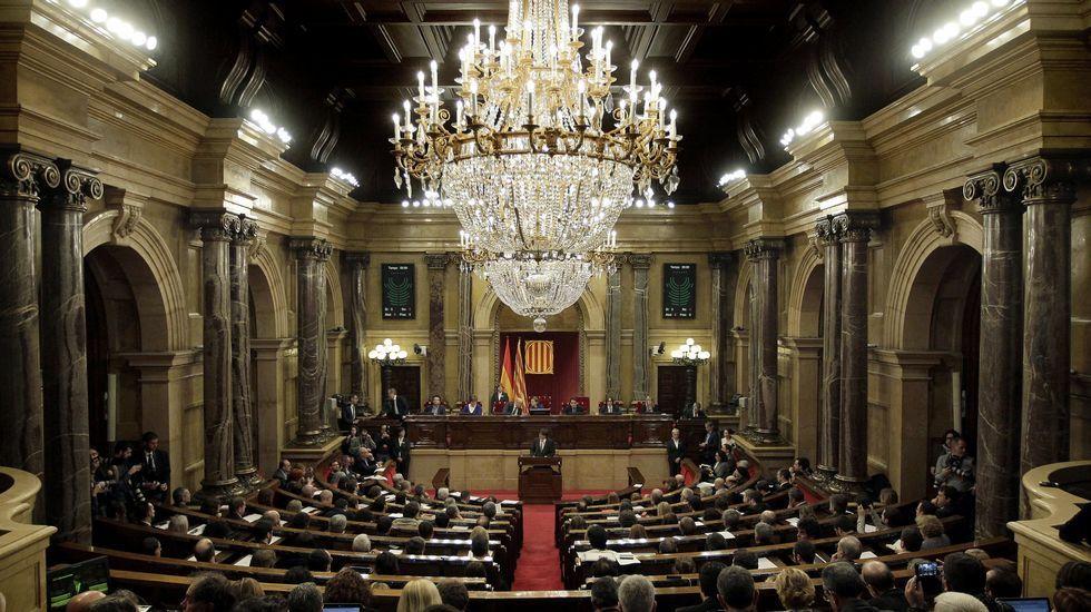 La periodista Marcela Topor, esposa del que hoy será nombrado nuevo presidente de la Generalitat, Carles Puigdemont, y la familia del hasta hoy president, Artur Mas, son algunos de los invitados presentes en la tribuna del Parlament, entre ellos tres expresidentes de la Cámara catalana