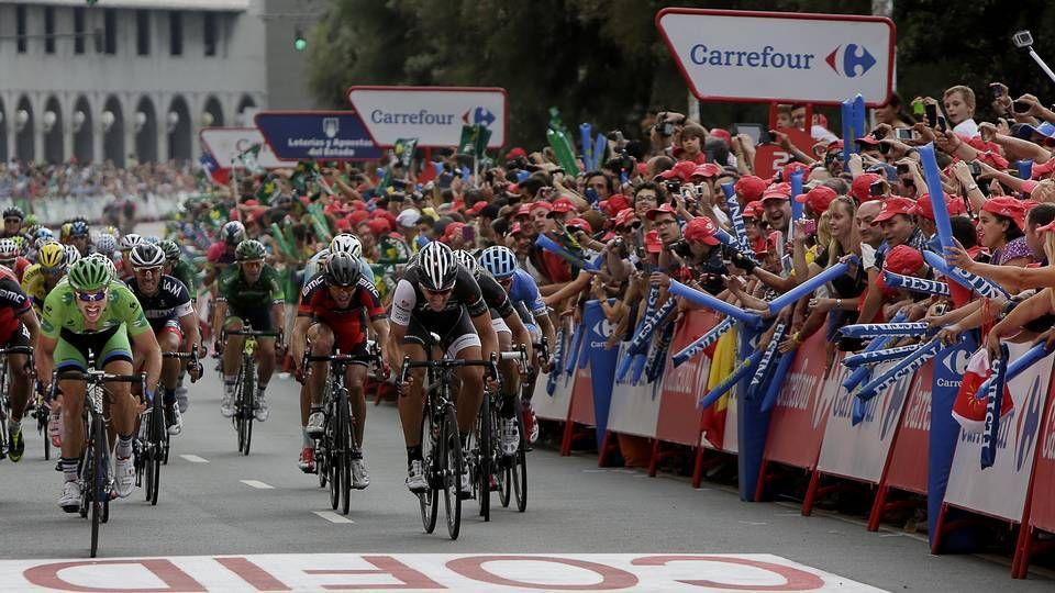 Primera etapa de la Vuelta 2014 en Galicia.Los obsequios de los patrocinadores fueron bien recibidos entre el público.