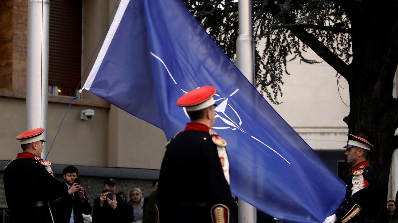 Miembros de la guardia de honor izaron en febrero la bandera de la OTAN ante al Parlamento de Macedonia del Norte tras ser ratificada su adhesión