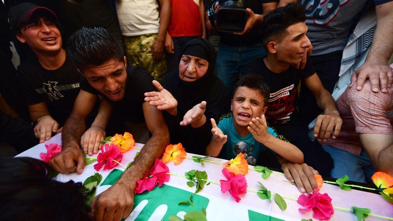 Familiares de uno de los dos líderes asesinados de Hezbollah, Abu Ali al-Debbi, lloran sobre su ataúd este lunes en Bagdad (Irak) tras morir en el último bombardeo de drones  contra las Fuerzas de Movilización Popular Iraquíes chiíes, respaldadas por Irán, en un ataque que tuvo lugar este domingo en la frontera entre Irak y Siria