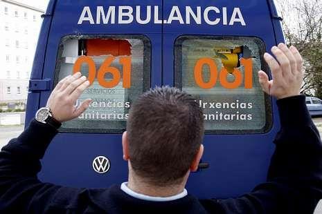 Una de las ambulancias dañadas ayer en Santiago.