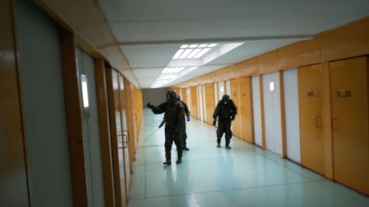 Personal de la Brilat desinfectando la prisión de A Lama el pasado abril