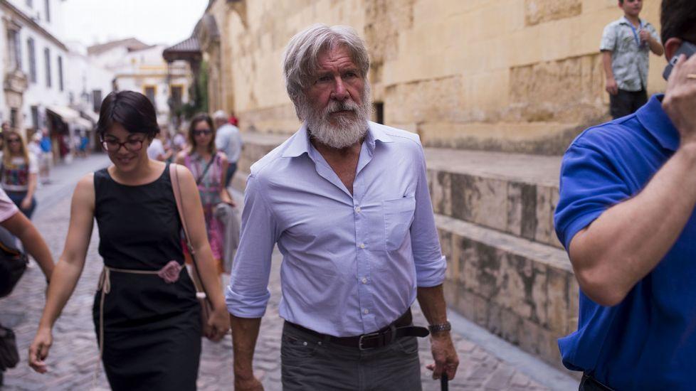 El actor Harrison Ford pasea por los alrededores de la mezquita de Córdoba