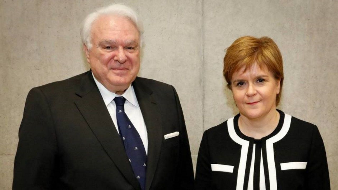 Miguel Ángel Vecino, excónsul en Edimburgo, en una imagen de archivo con la primera ministra de Escocia, Nicola Sturgeon