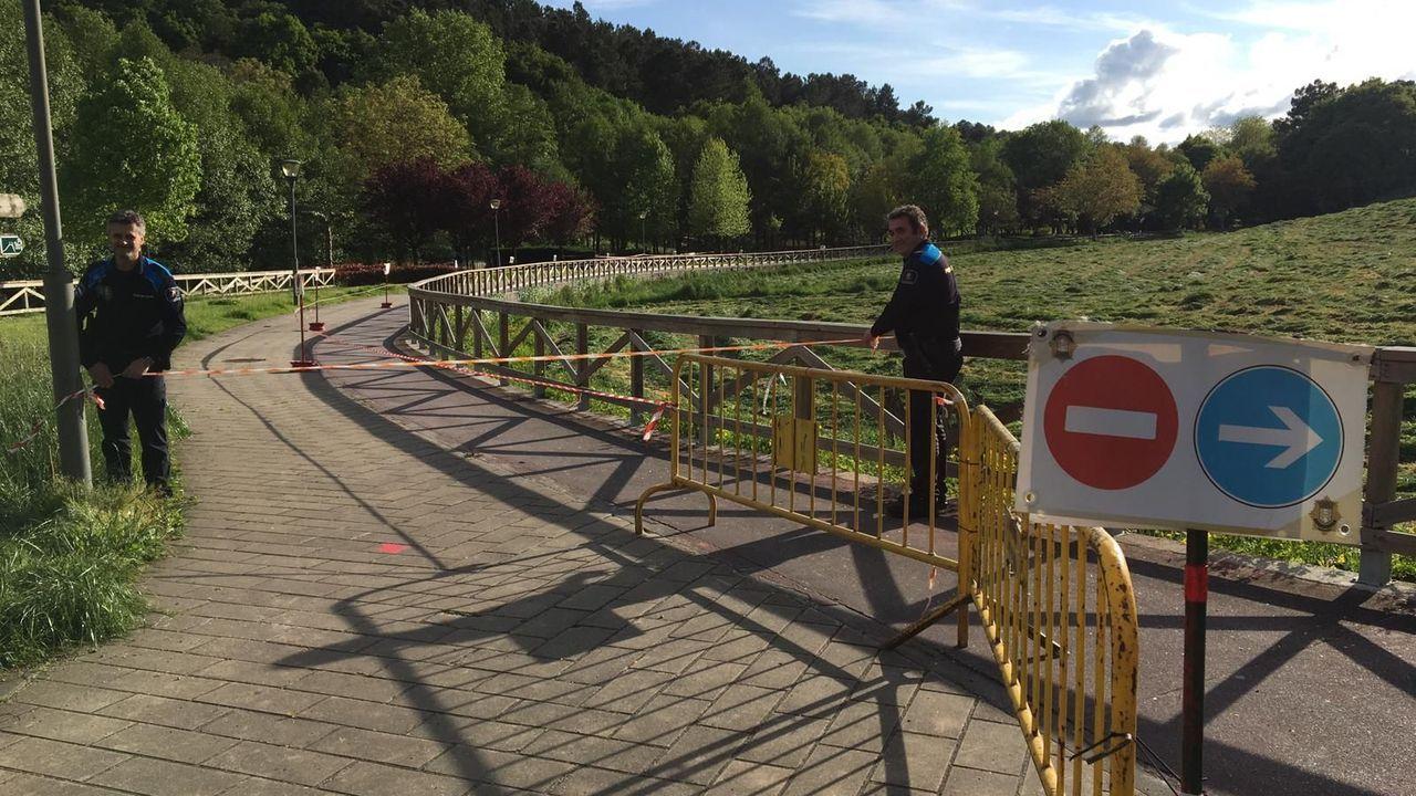 Agentes de la Policía Locak colocan cintas y vallas para evitar que la gente se cruce en el paseo fluvial de Chantada