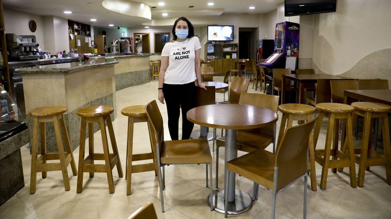 Los vecinos y empresarios de los concellos del área metropolitana de Santiago asumen conbuen talanteel entrar en zona roja por coronavirus