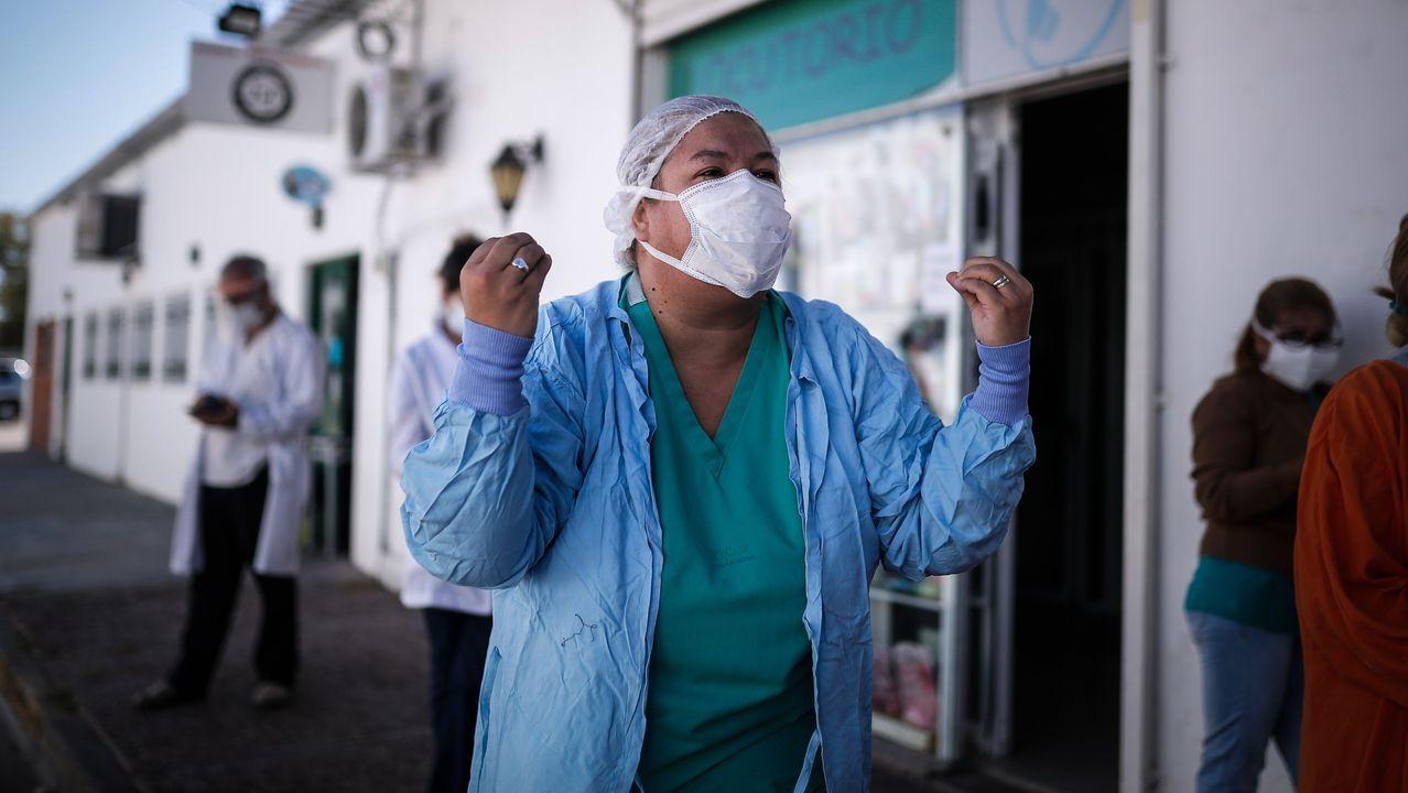 Una profesional sanitaria argentina del Hospital Belgrano muestra su repulsa a los trece casos de coronavirus confirmados entre sus compañeros