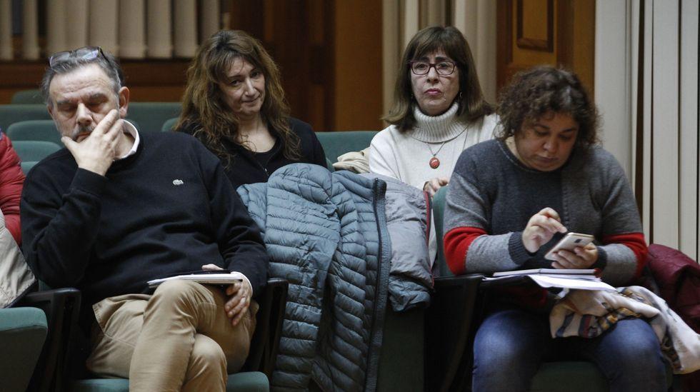 Las dos representantes de Femforte, con gesto serio en el pleno tras la votación