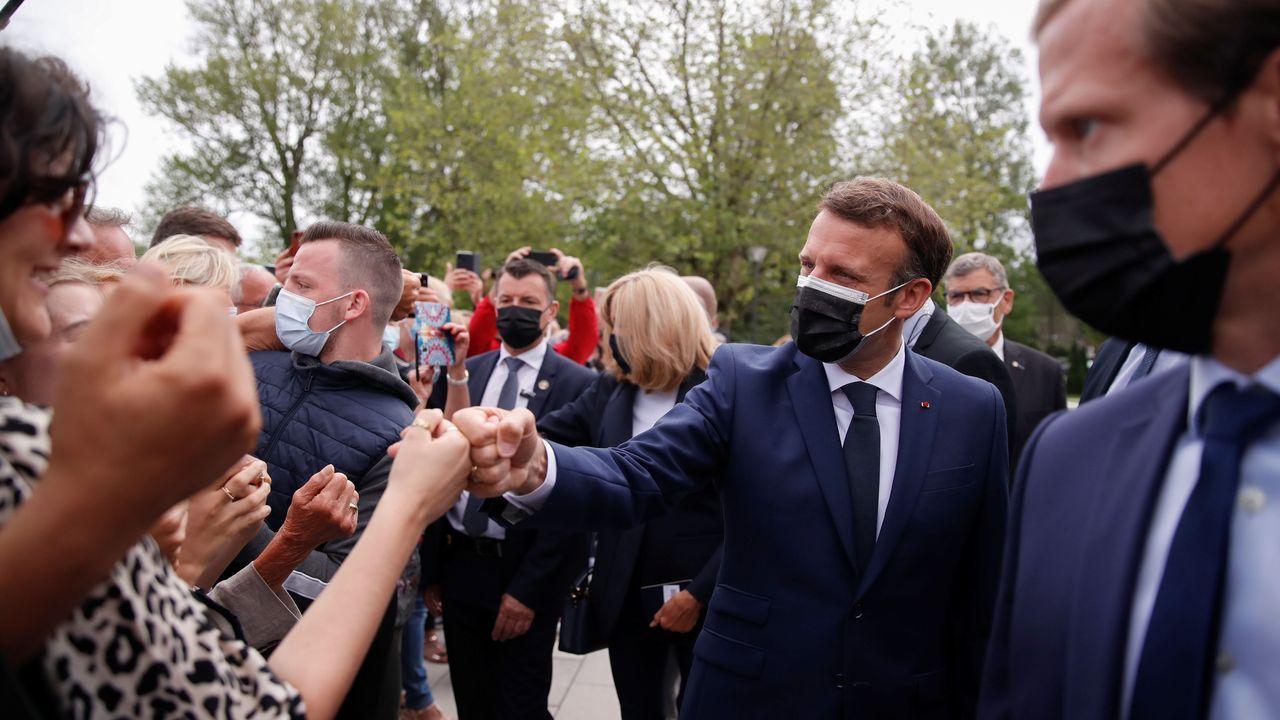 Macron departió con algunos de sus convecinos a la salida del centro de votación de la localidad de Touquet-Paris-Plage (departamento de Paso de Calais).