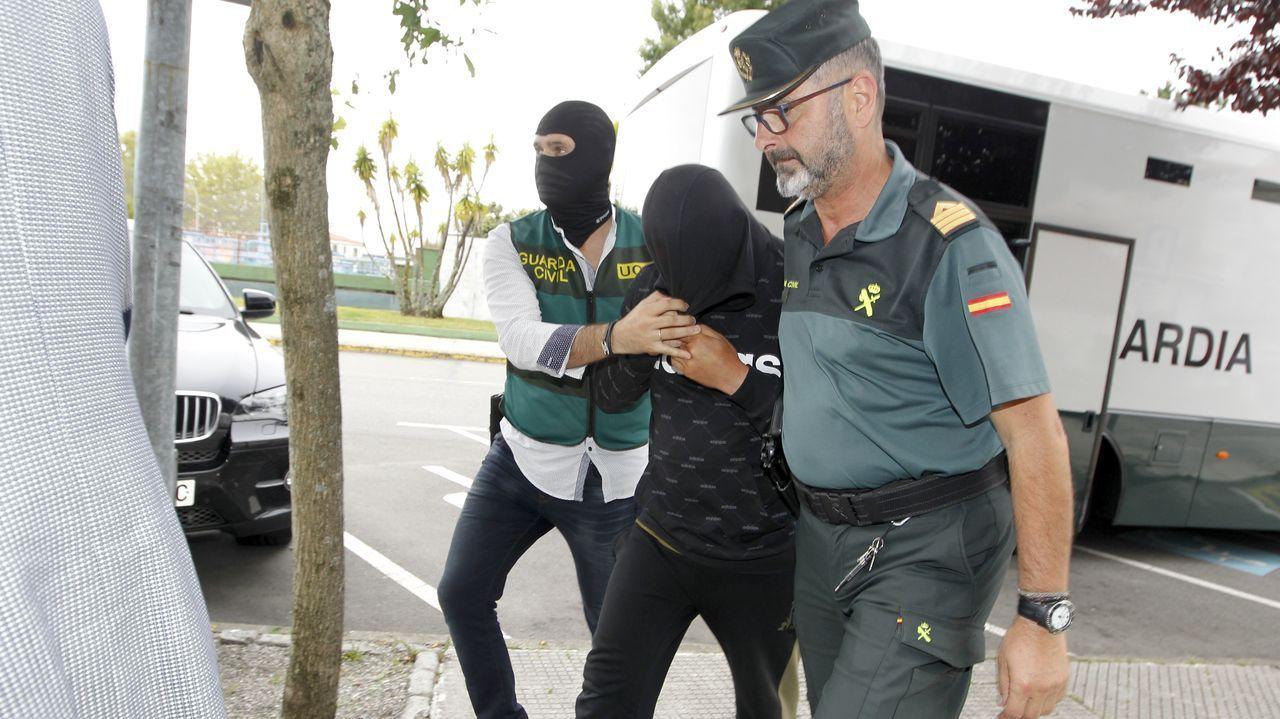 Todas las imágenes de las finales de la Copa Deputación de A Coruña.Uno de los detenidos es conducido por la Guardia Civil a las dependencias judiciales