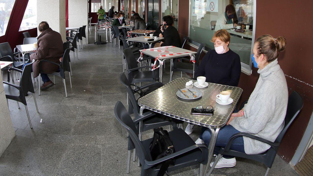Imagen de las terrazas de Rianxo, concello donde no se registró ningún caso en la última semana
