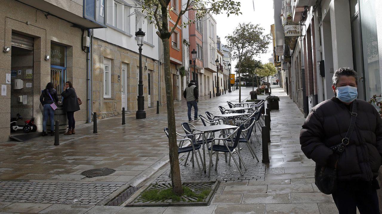 Trabajos para retirar árboles en carretera cortada en A Pobra.Imagen de archivo de Porto do Son, un municipio que hoy ha bajado de los diez contagiados detectados en 14 días