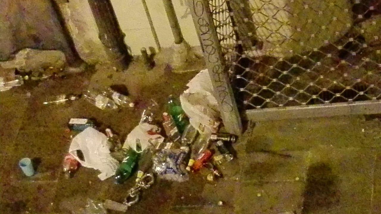 Restos de basura por botellón en la plaza Vista.