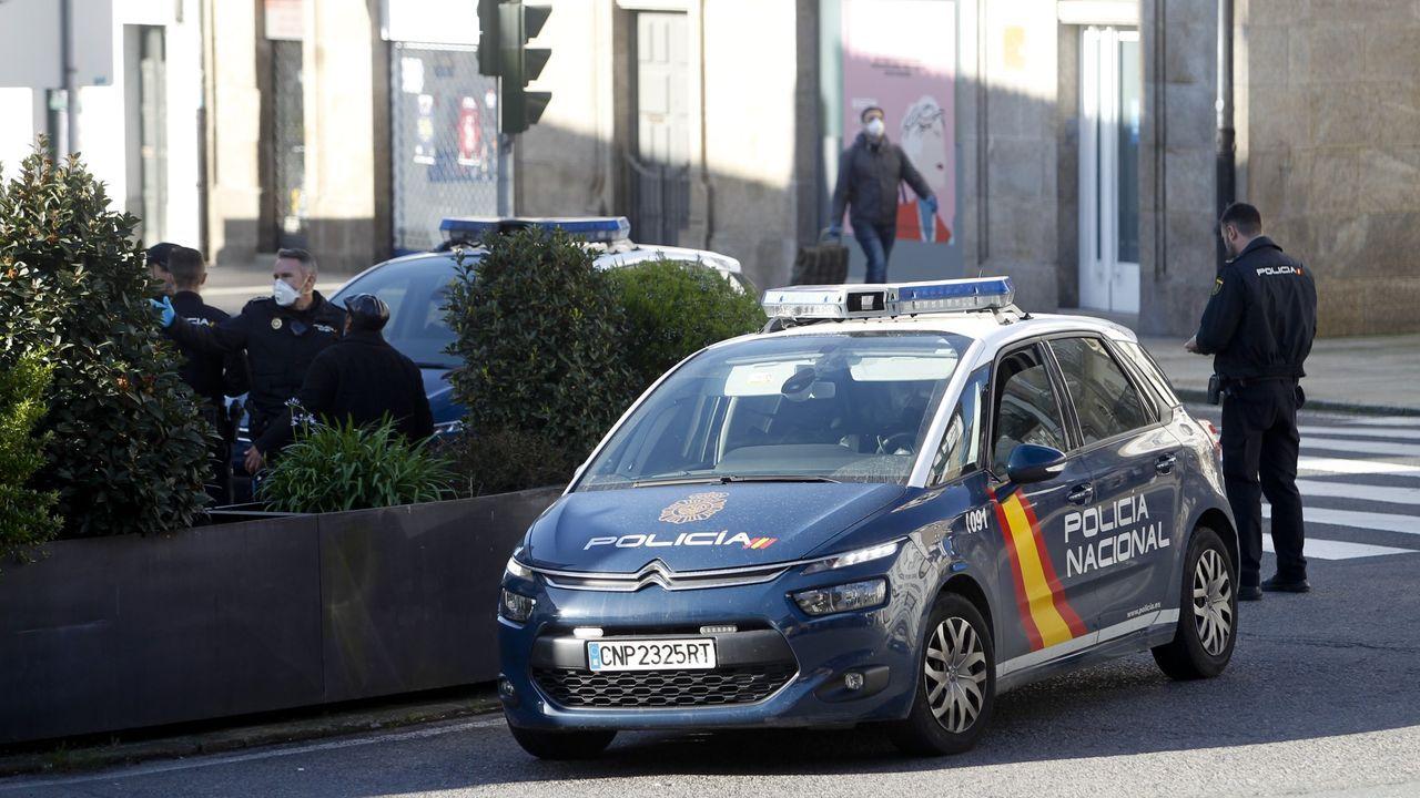 Un vehículo de la Policía Nacional patrulla por Santiago