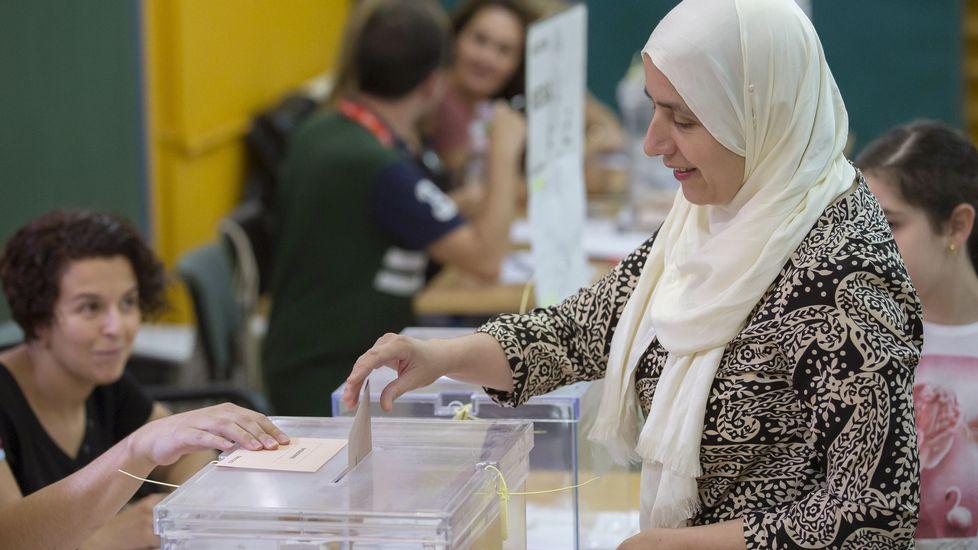 Una mujer ejerce su derecho al voto este mediodía en un colegio electoral del barrio de Triana en Sevilla.