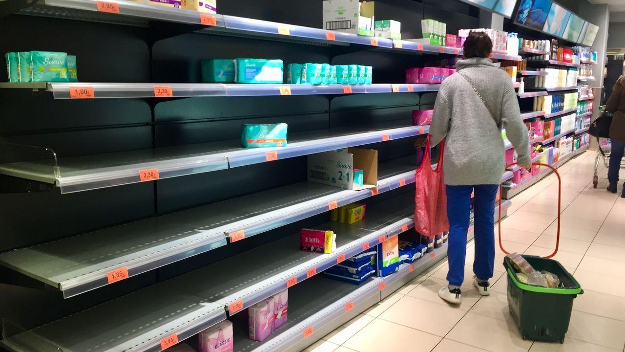 Lineales de papel higiénico vacíos en un supermercado de Santiago a última hora de este viernes