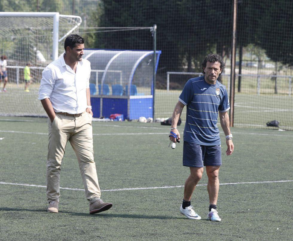 Roberto Feáns, a la izquierda, junto a Luisito, tras una sesión de entrenamiento en A Xunqueira.