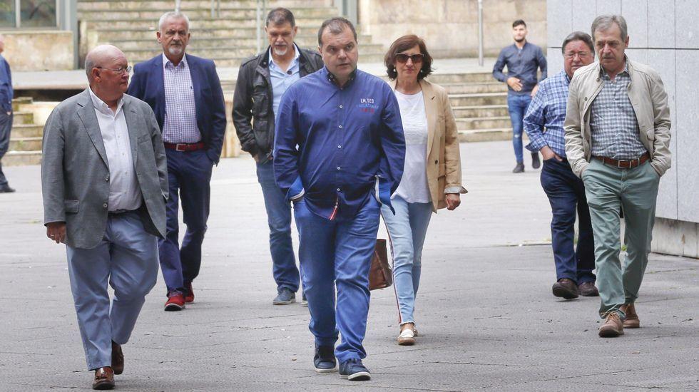 Residencia de Felechosa.El secretario general del SOMA-FITAG-UGT, José Luis Alperi (c), acompañado de responsables del sindicato, a su llegada a la Sección Tercera de la Audiencia Provincial de Oviedo donde ha sido citado como testigo.