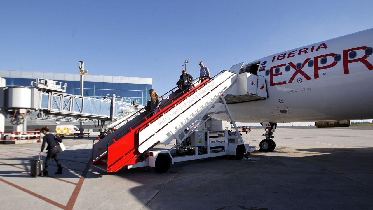 Peinador también desescala: llega el primer vuelo de Canarias.Panel de vuelos en el aeropuerto de Alvedro