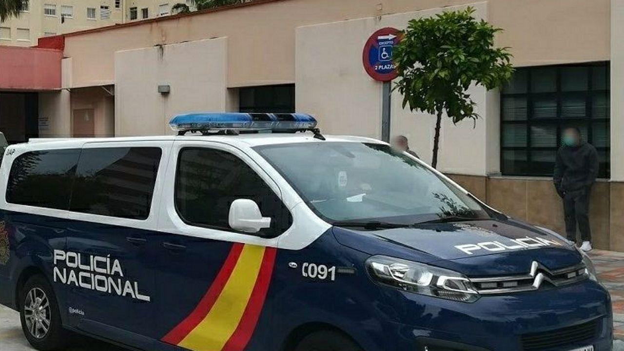 Un vehículo de la Policía Nacional en una calle de Fuengirola (Málaga), donde se produjo la detención