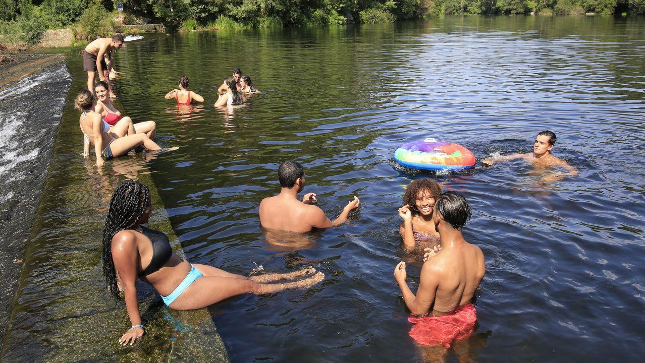 Jóvenes disfrutando de un baño en el Piago