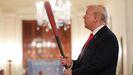 Donald Trump empuñando un bate de béisbol, el pasado 2 de julio en la Casa Blanca