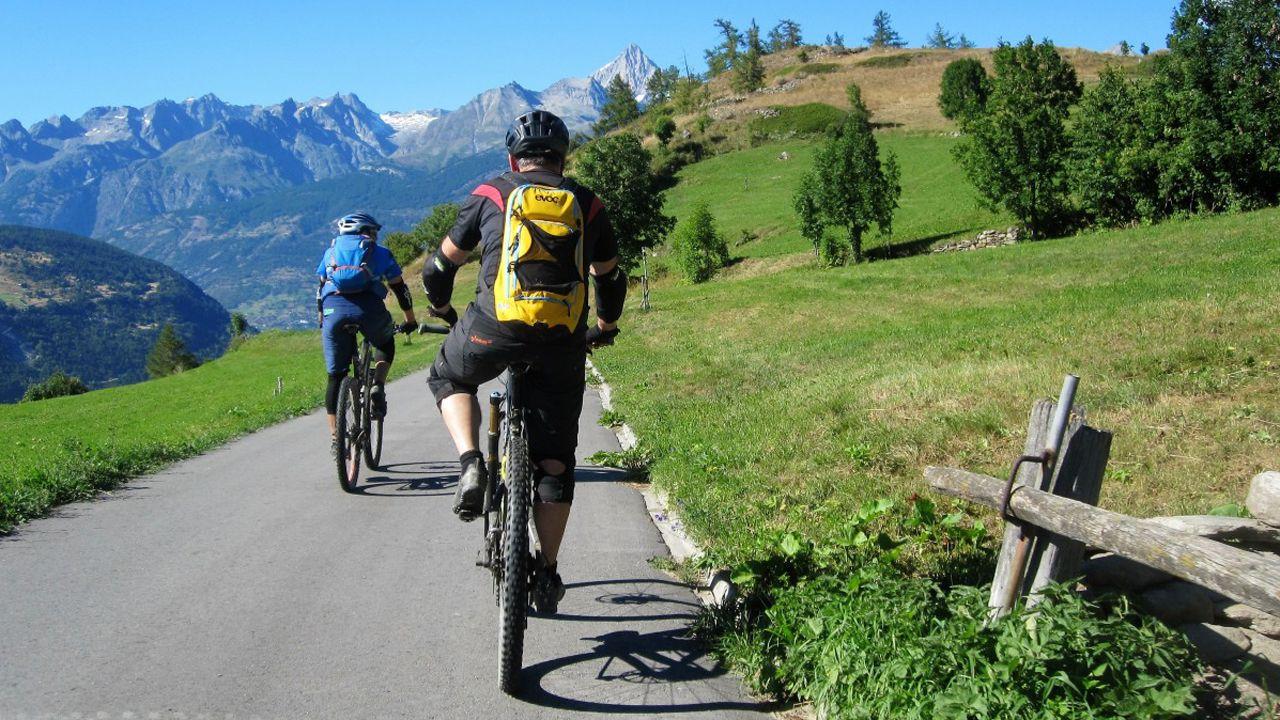 Pol vive su fiesta del emigrante.Dos ciclistas en los Alpes