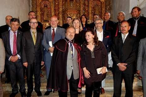 El conselleiro con los Amigos do Couto Mixto y los nuevos jueces.