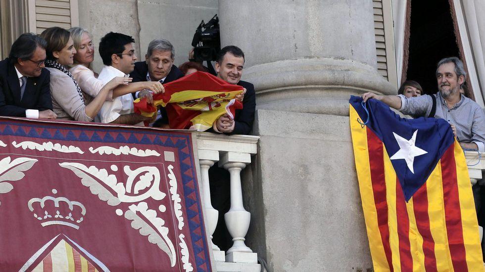 Guerra de banderas en el balcón del Ayuntamiento de Barcelona.Pablo Iglesias junto a Lluís Rabell y Joan Herrera.