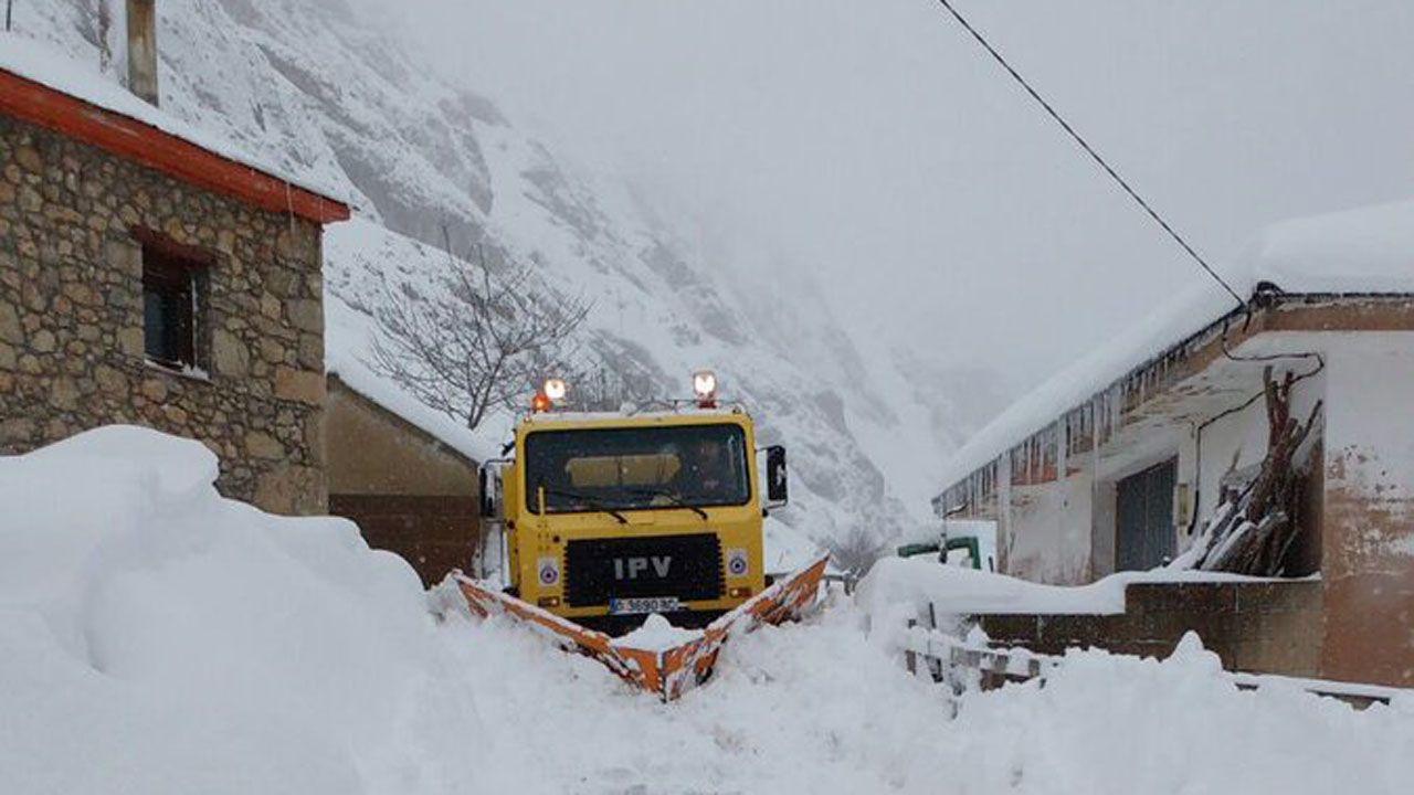 La nieve dificulta el tráfico en la autopista del Huerna.Una máquina quitanieve despeja la carretera en Valle del Lago