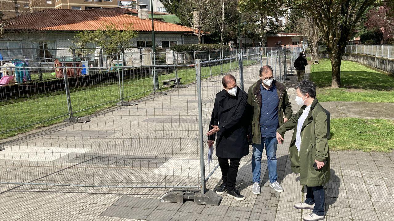 Así fue la jornada de vacunacióin masiva en Pontevedra.Iván Puentes, Eva Vilaverde y el arquitecto municipal Ángel Velando, supervisaron la instalación del vallado en el paseo del Gafos el pasado 12 de marzo