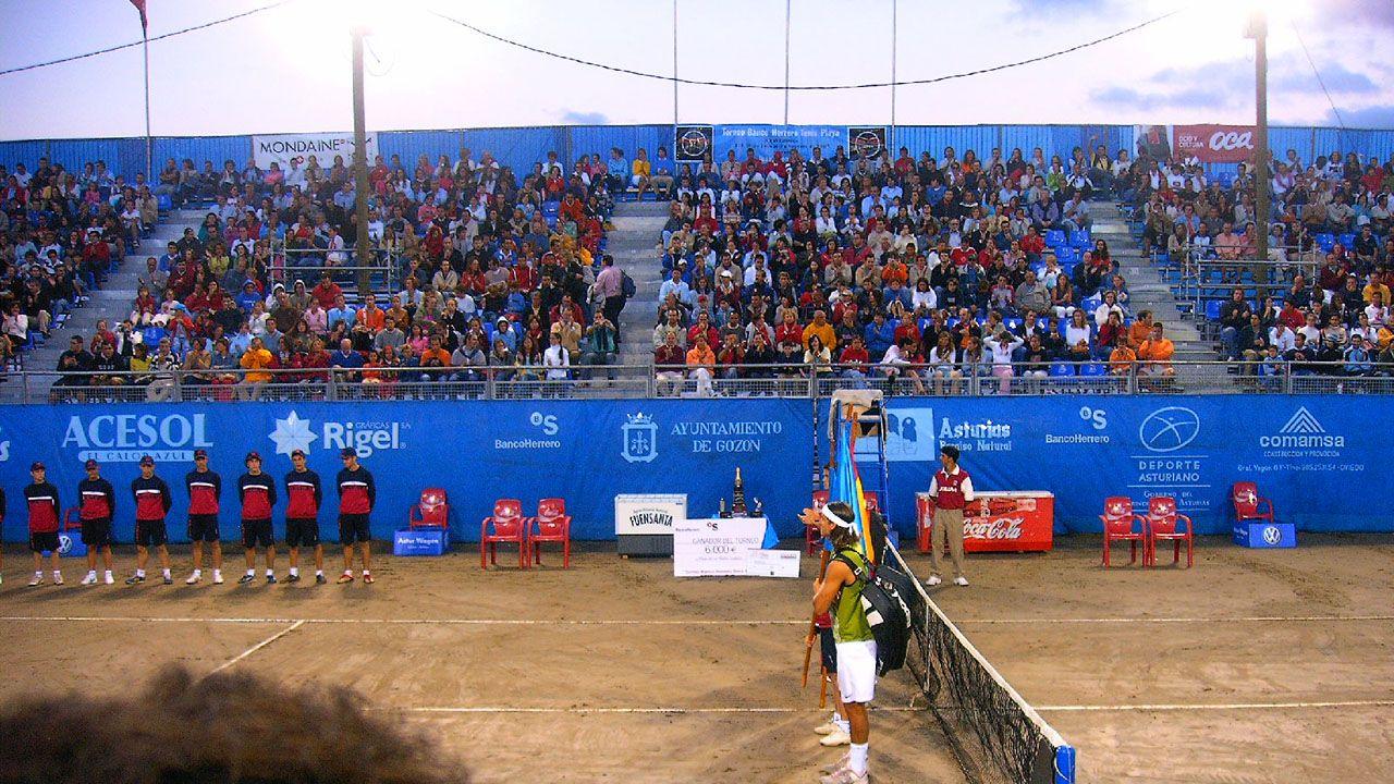 Rafa vuelve a las pistas.Feliciano López en el torneo de tenis playa de Luanco, en 2005