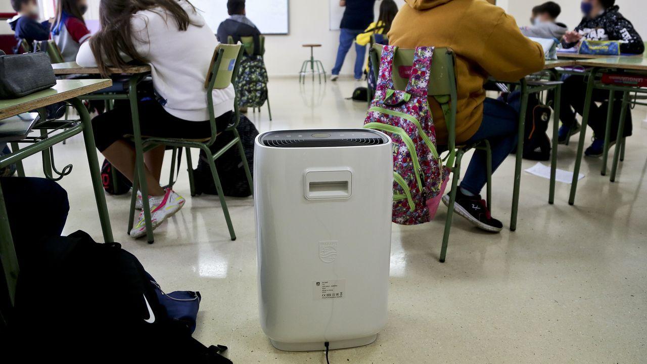 Aparato purificador de aire en un aula del CEP Xosé Neira Vilas de Peitieiros