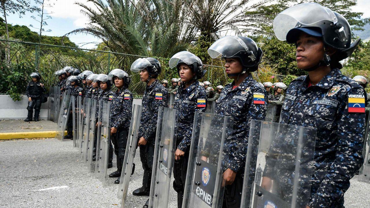 Venezuela se echa a la calle para reclamar elecciones libres.Miembros de la policía bolivariana en Venezuela