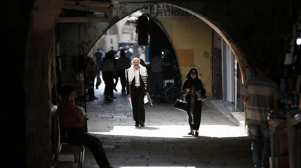 Un judío ultraortodoxo camina por las calles del barrio musulmán de Jerusalén.