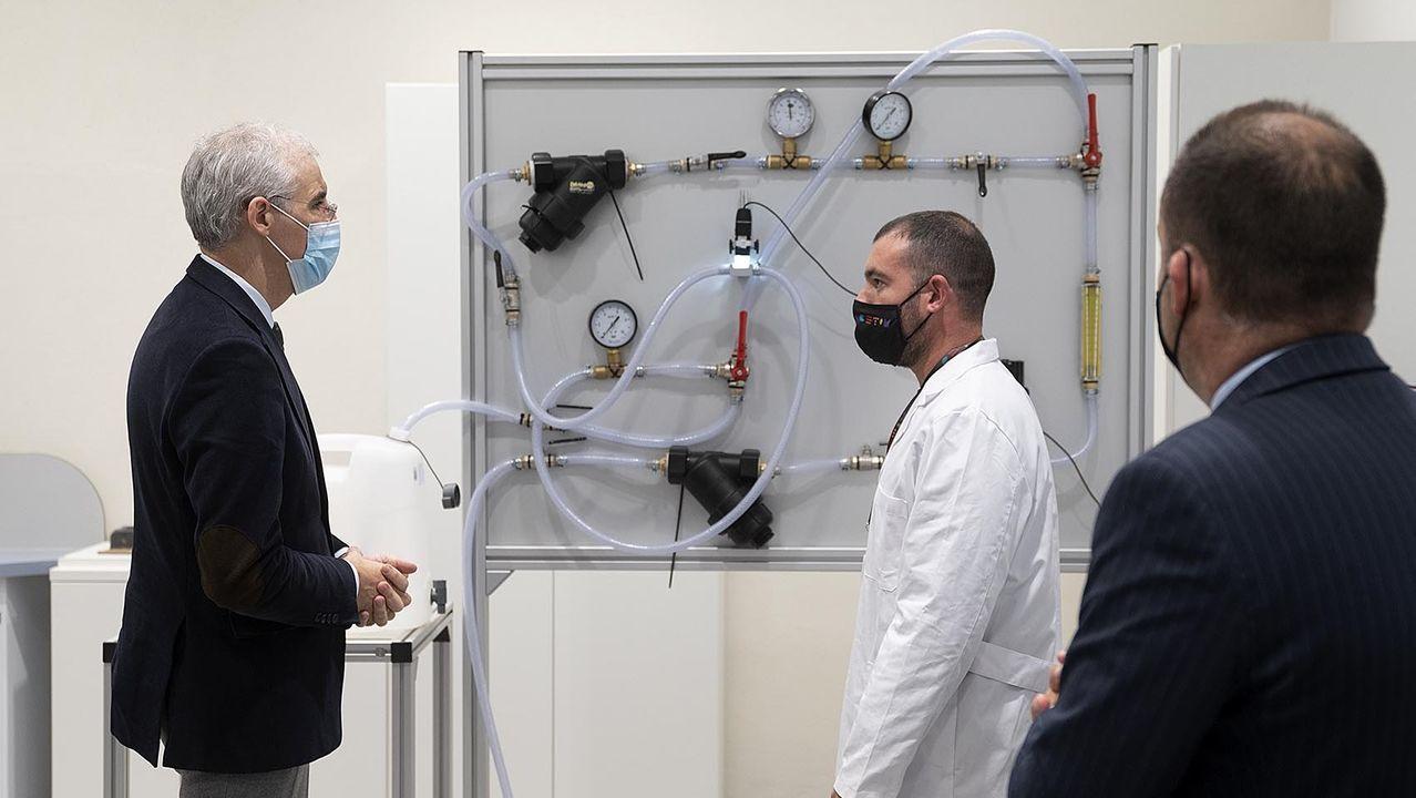 Conde, durante la visita al Centro Tecnológico de Investigación Multisectorial (Cetim), en Culleredo