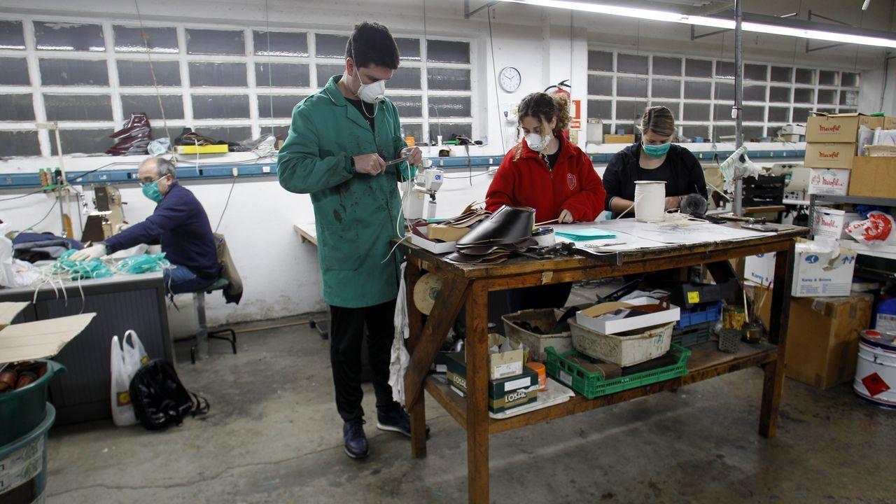 Y por la tarde mascarillas. Los propietarios de Calzados Losal dedicaron el tiempo de cierre forzoso a confeccionar mascarillas para repartirlas gratuitamente en Monforte. La actividad industrial la retoman en horario matinal. Por la tarde, siguen con las mascarillas. Llevan ya 1.700