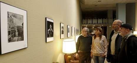 Sabela canta «Negro caravel».El Outono Fotográfico también llega a las paredes de la sede del Ateneo de Ourense.