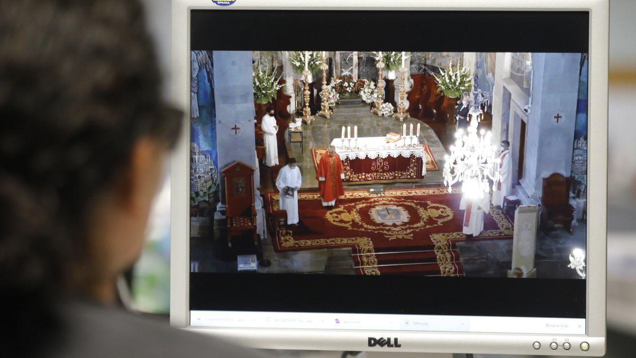 El fotógrafo Manuel Vilariño habla sobre su obra, durante la inauguración de la exposición que protagoniza en el Marco vigués, en presencia del comisario de la muestra, el profesor Fernando Castro Flórez