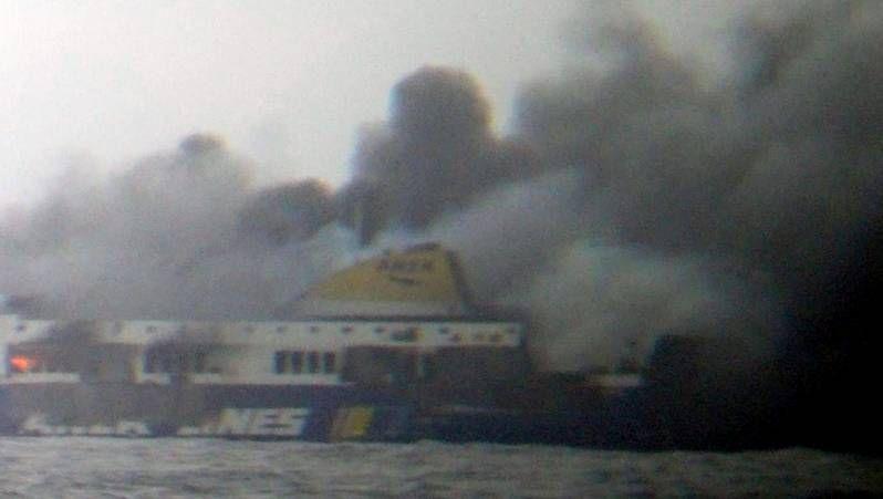 Las llamas se apoderan del ferry