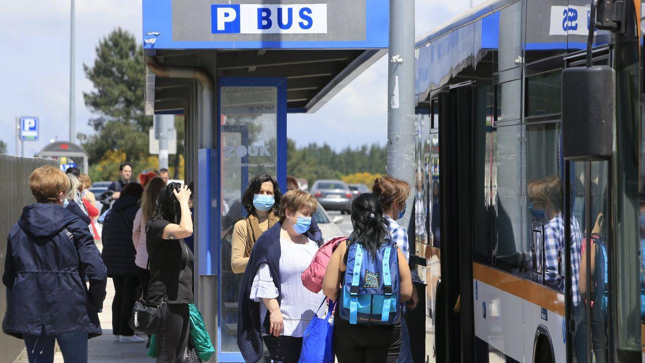 Gente con mascarilla a la entrada del HULA