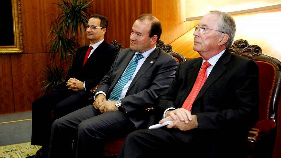 Políticos imputados en la operación Pokémon.Orza -a la derecha- en el 2009, cuando tomó posesión como miembro del Consello de Contas