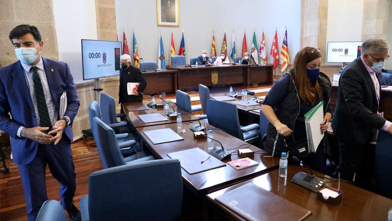 Los diputados del PP en el momento en el que abandona en salón de plenos