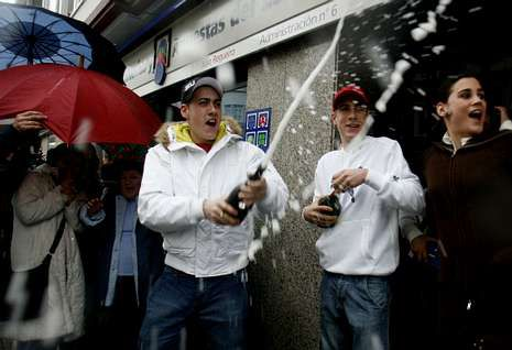 Los ferrolanos celebraron en el 2007 el primer premio de la lotería del Niño.
