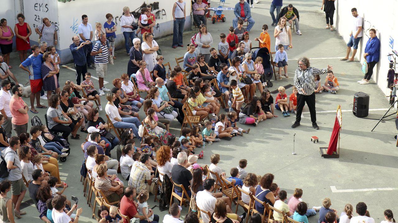 La compañía de títeres Alakrán se acercó al barrio de Caranza para representar el espectáculo Pekeno Kabaret de Tolos