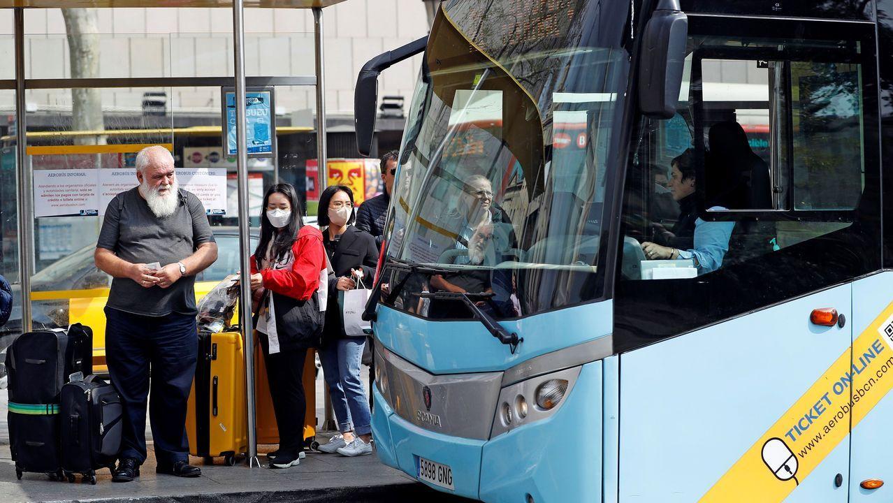 Numerosos turistas en Barcelona en la parada del autobús