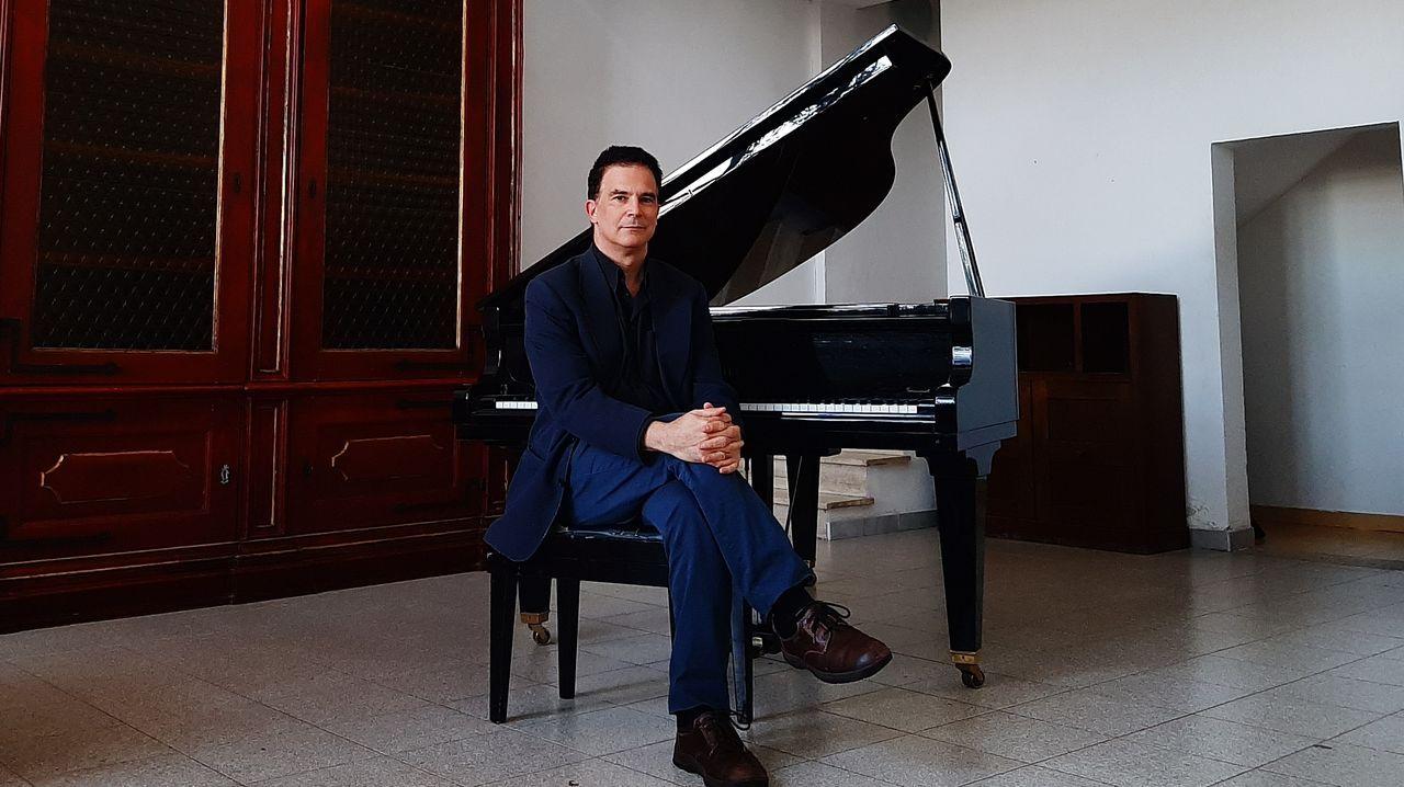 Soutullo posa al piano en el estudio en que vivió durante su estancia en la Real Academia de España en Roma