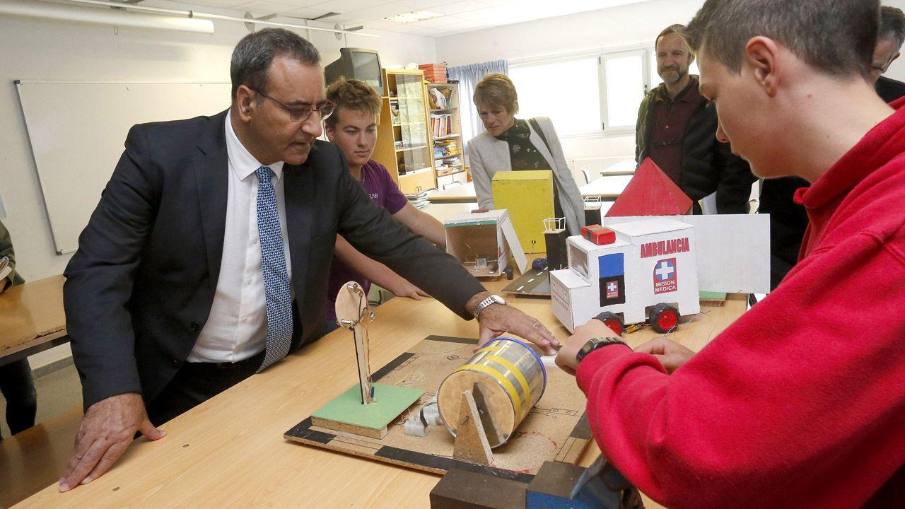 El consejero de Medioambiente, Fernando Lastra, visita el IES Valle de Aller
