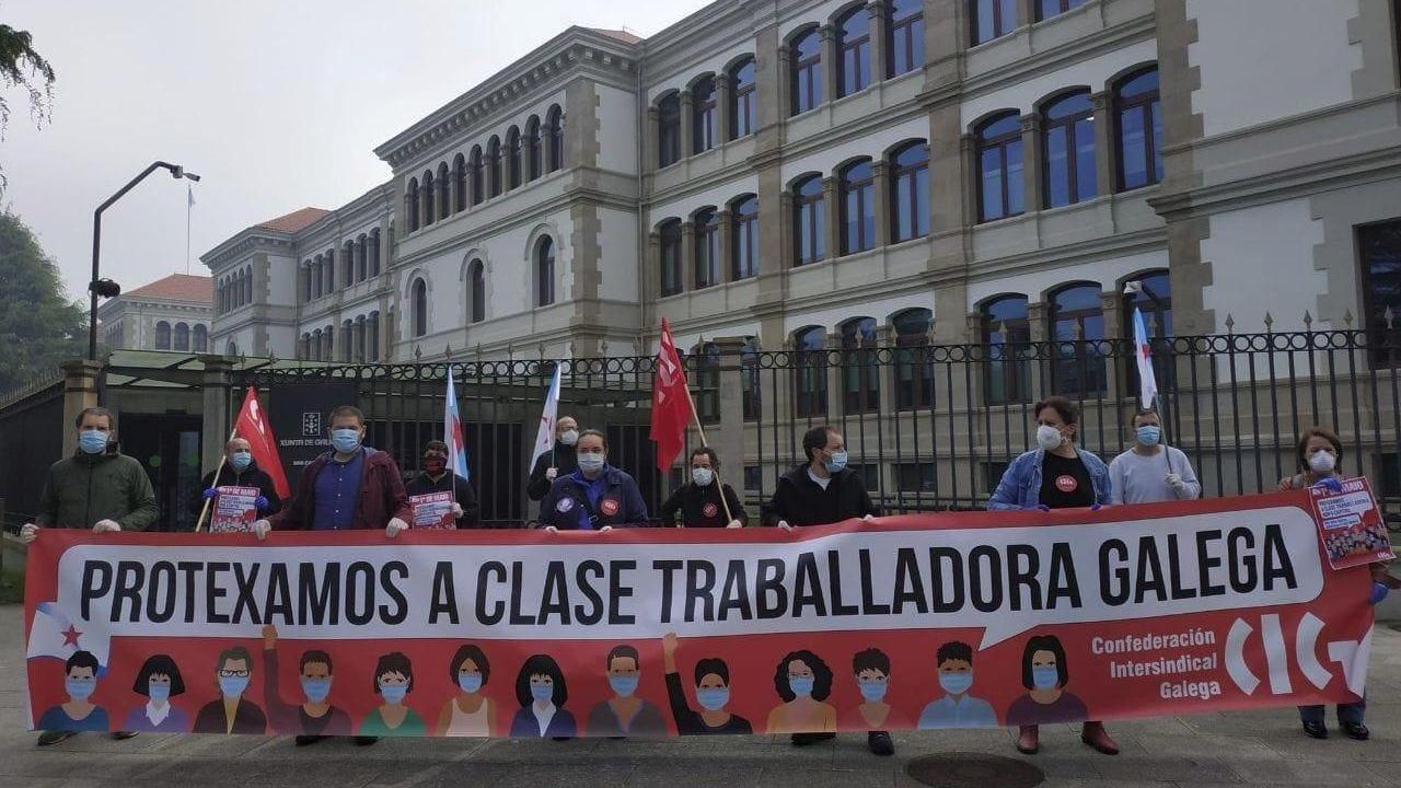 Gerardo Conde Roa, a la izquierda, junto a su abogado, llegando al juzgado de Lugo para declarar ante Pilar de Lara en marzo del 2014