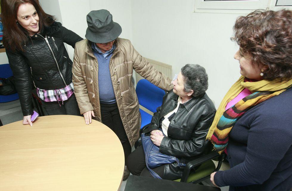 Gloria Otero, sentada, contó su experiencia en la sede de la plataforma sanitaria.
